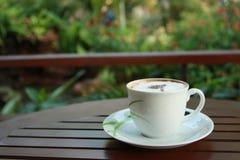 Caffè bianco della tazza sulla tabella di legno Fotografie Stock Libere da Diritti
