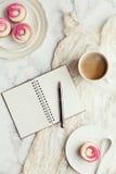 Caffè, bigné e giornale Immagini Stock Libere da Diritti