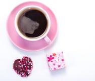 Caffè, biscotto e presente immagine stock