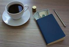Caffè, blocco note e soldi Immagini Stock Libere da Diritti