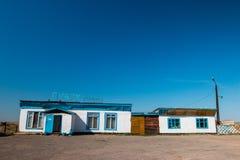 Caffè blu e bianco della costruzione con cielo blu fotografia stock