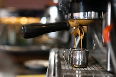 Caffè Caffè espresso bianco del caffè della tazza Macchina del caffè espresso che prepara un caffè Immagine Stock Libera da Diritti