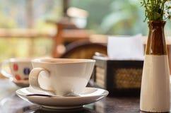 Caffè caldo alla luce calda di mattina Immagine Stock