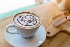 Caffè caldo con arte del latte della schiuma Fotografia Stock