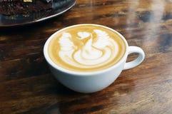 Caffè caldo con arte del latte della schiuma Immagini Stock Libere da Diritti