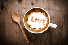 Caffè caldo con arte del latte della schiuma, caffè di arte del latte Fotografie Stock Libere da Diritti