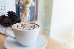 Caffè caldo con arte del latte della schiuma sullo scrittorio di legno Immagine Stock Libera da Diritti