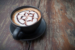 Caffè caldo con arte del latte della schiuma Tazza di caffè nera Immagini Stock Libere da Diritti
