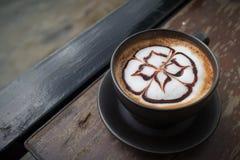 Caffè caldo con arte del latte della schiuma Tazza di caffè nera Caffè caldo i Fotografie Stock Libere da Diritti