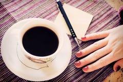 Caffè caldo con la nota della carta in bianco Fotografia Stock Libera da Diritti