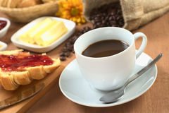Caffè caldo con la prima colazione immagine stock