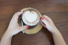 caffè caldo con la schiuma del caffè di forma del cuore Fotografie Stock Libere da Diritti
