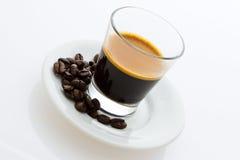Caffè caldo del caffè espresso con i chicchi di caffè Immagine Stock Libera da Diritti