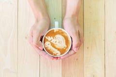 Caffè caldo del cappuccino con la schiuma piacevole del modello fotografia stock