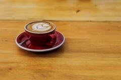 Caffè caldo del cappuccino del primo piano in tazza rossa fotografie stock