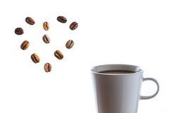 Caffè caldo delizioso con cuore dei fagioli Immagini Stock Libere da Diritti