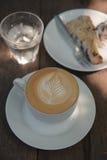 Caffè caldo di arte del cappuccino Fotografia Stock Libera da Diritti