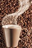 Caffè caldo di cottura a vapore delizioso sui fagioli 4 Fotografia Stock