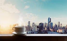 Caffè caldo di mattina nell'alba, ambiti di provenienza della città Immagine Stock