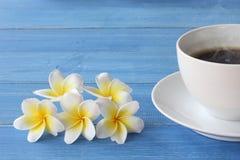Caffè caldo su un pavimento di legno blu fotografia stock libera da diritti