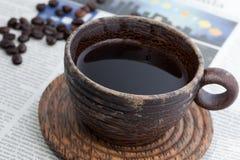 Caffè caldo in tazza di legno Fotografie Stock Libere da Diritti