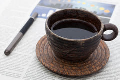 Caffè caldo in tazza di legno in tazza di legno Immagini Stock Libere da Diritti