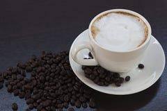 Caffè caldo in una tazza bianca sulla tavola Fotografie Stock Libere da Diritti