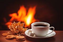 Caffè caldo vicino al camino Immagine Stock