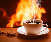 Caffè caldo vicino al camino Fotografia Stock Libera da Diritti