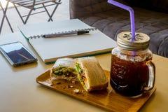 Caffè casalingo di Americano del ghiaccio e di Tuna Sandwich fotografia stock