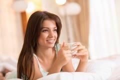 Caffè castana di mattina della bevanda nel suo letto Fotografia Stock Libera da Diritti
