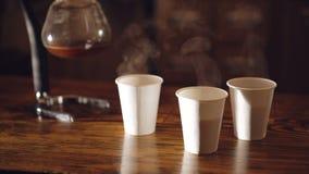 Caffè che evapora in vetri sulla tavola in 4K stock footage
