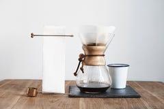 Caffè che fa natura morta di Chemex di metodo, roba di barista sul bordo di pietra, tavola di legno Modello del modello di proget fotografie stock
