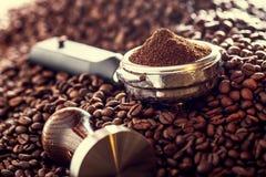 Caffè Chicchi di caffè Chicchi di caffè e Portafilter Immagine tonificata Immagini Stock