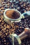 Caffè Chicchi di caffè Chicchi di caffè e Portafilter Immagine tonificata Fotografia Stock