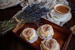 Caffè, cinnabon e lavanda immagini stock