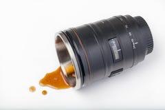 Caffè colante del corpo della lente Fotografia Stock