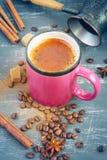 Caffè con cannella in un primo piano rosa della tazza Fotografia Stock Libera da Diritti