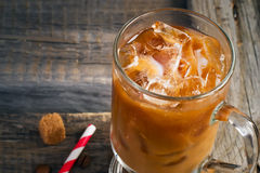 Caffè con ghiaccio in un vetro, fuoco selettivo, spazio per testo Fotografie Stock