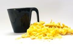 Caffè con i biscotti contro un contesto bianco Fotografia Stock Libera da Diritti