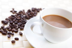 Caffè con i chicchi di caffè immagini stock
