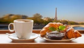 Caffè con i croissant contro la torre Eiffel a Parigi, Francia fotografia stock libera da diritti