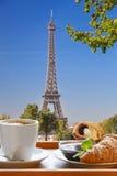 Caffè con i croissant contro la torre Eiffel a Parigi, Francia fotografia stock