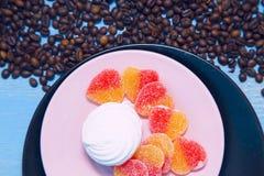 Caffè con i dolci su un fondo di legno blu fotografia stock libera da diritti