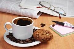 Caffè con il biscotto, il giornale e la nota Fotografia Stock Libera da Diritti