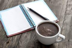 Caffè con il blocco note e la penna Fotografie Stock Libere da Diritti