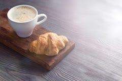 Caffè con il croissant immagini stock
