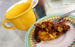 Caffè con il dolce alle carote e la copertura di cioccolato immagini stock