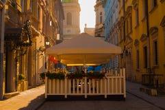 Caffè con il patio all'aperto nell'alba Immagini Stock