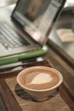 Caffè con il taccuino per funzionamento di affari Immagini Stock